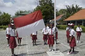 Membangun karakter nasionalis melalui upacara bendera.